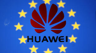 Ảnh minh họa: Thương hiệu Hoa Vi trên nền cờ Liên Hiệp Châu Âu