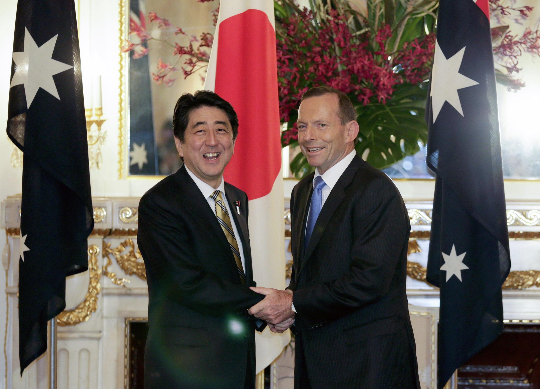 Thủ tướng Úc Tony Abbott (phải) và đồng sự Nhật Bản, Thủ tướng Shinzo Abe tại Tokyo ngày 7/4/2014.