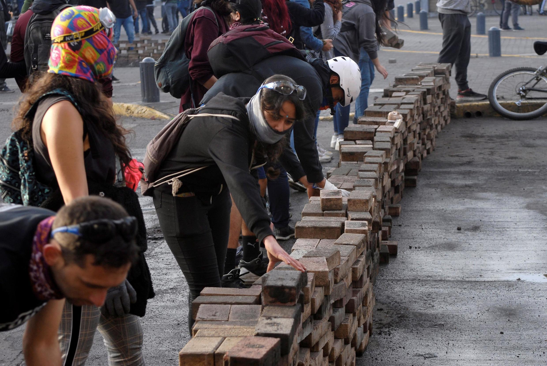 À Concepcion (centre du pays), des manifestants érigent une barricade face aux forces de l'ordre, le 26 novembre 2019.
