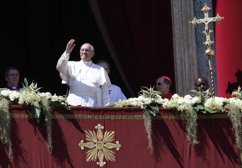 """Папа Римский Франциск обращается """"к городу и миру"""" с балкона собора Святого Петра в Риме, 20 марта 2014."""