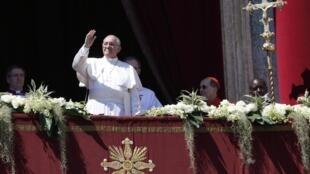 Папа Римский Франциск обращается с балкона собора Святого Петра в Риме, 20 марта 2014.