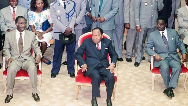 L'ancien président ivoirien Houphouët-Boigny, entouré d'Alassane Ouattara (G) et d'Henri Konan Bédié (D), en 1992.