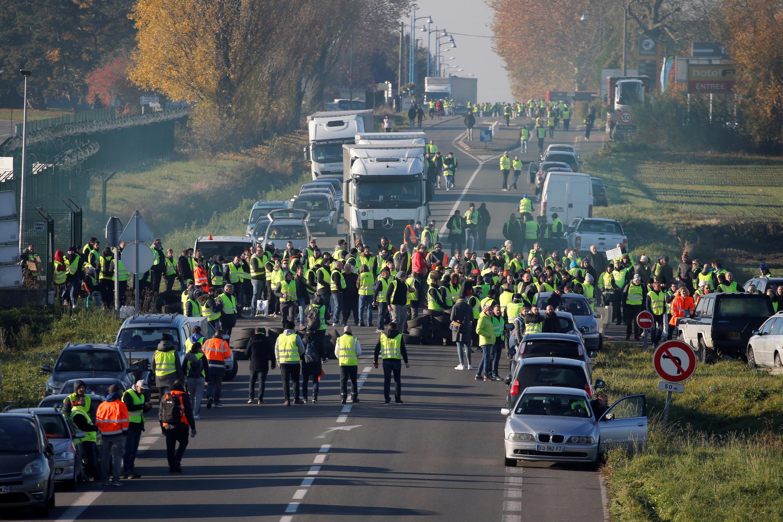 """Участники акции """"желтых жилетов"""" блокируют автостраду Париж-Брюссель, 17 ноября 2018 г."""