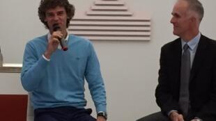 Gustavo Kuerten e Todd Martin, presidente do Hall of Fame, em Paris.