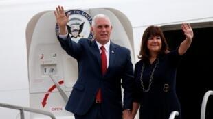 O vice-presidente americano, Mike Pence, desembarca com a mulher, Karen Pence, em Brasília.