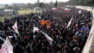 Muitos manifestantes vieram de outras cidades da Itália para protestar em Macerata, onde seis homens de origem africana foram feridos a bala na semana passada.