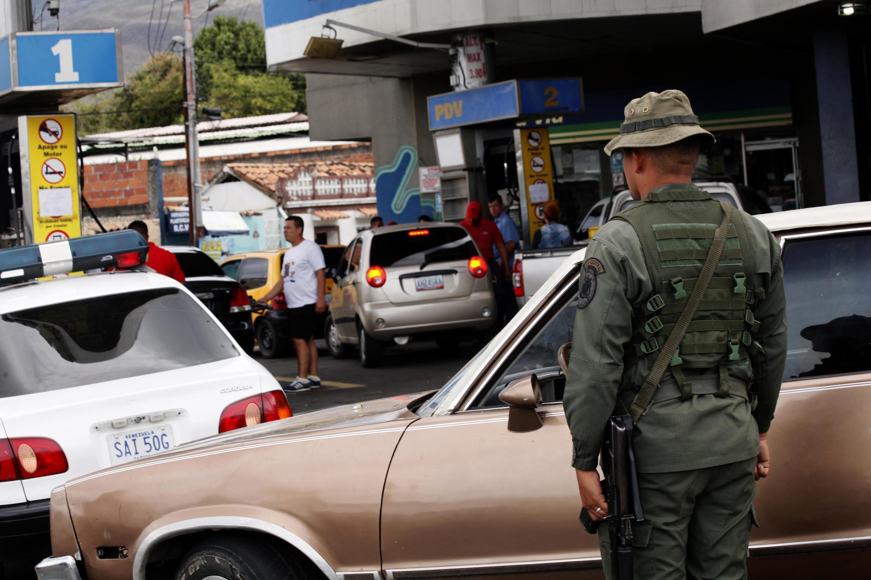 Los militares controlan el acceso a las gasolineras en Venezuela, en medio de la escasez de combustible
