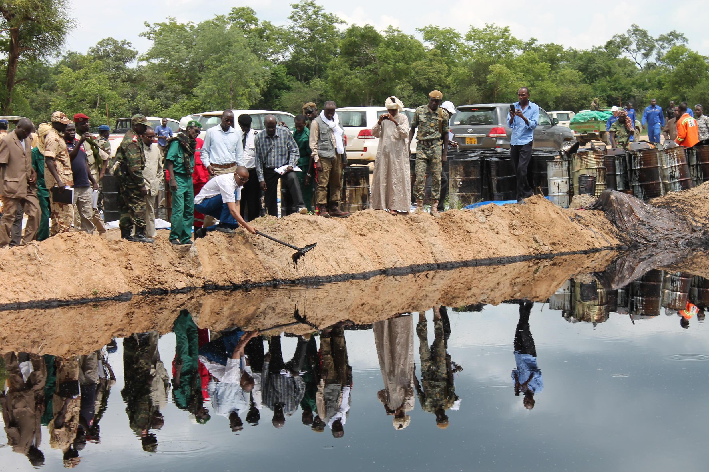 En mars 2013, le ministre tchadien du Pétrole constate les dégâts environnementaux provoqués dans la région de Bongor par la CNPCI.