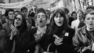 Un grupo de mujeres manifestándose en París el 1ro de mayo de 1968.