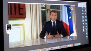 Emmanuel Macron durante pronunciamento transmitido pela televisão