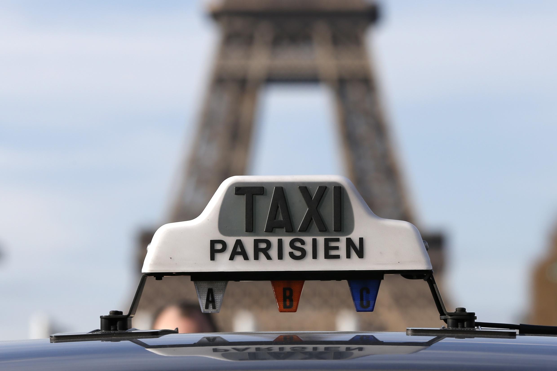 Парижские таксисты-забастовщики у Эйфелевой башни в Париже