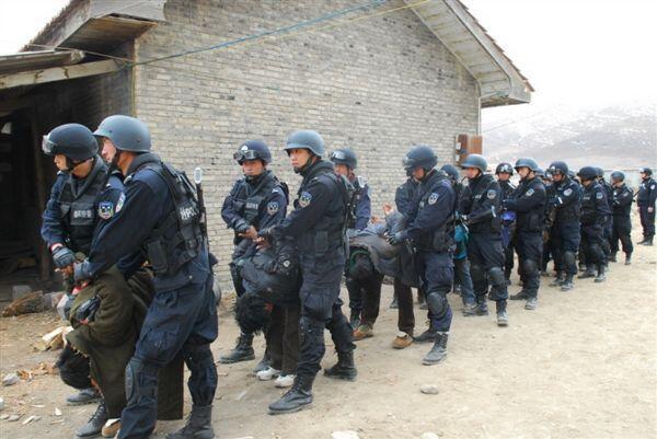 Soldados com prisioneiros que protestam contra o controle do regime chinês ao Tibet, em foto de dezembro de 2011.