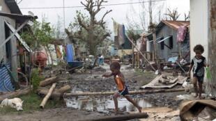 Vanuatu, moja ya nchi maskini zaidi duniani, Kimbunga Pam kimeteketeza vijiji kadhaa katika kisiwa hiki.