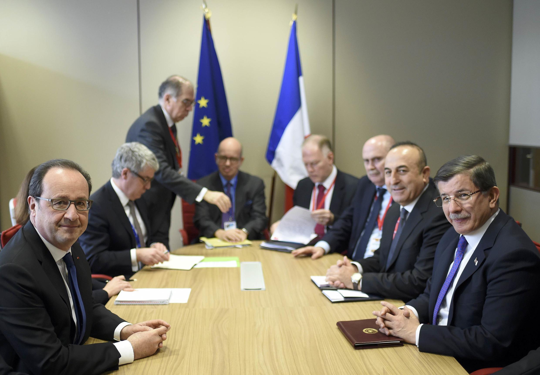 El presidente francés y el primer ministro turco reunidos en la Cumbre de Bruselas de este 18 de marzo.