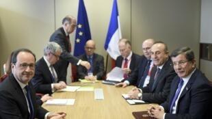 Le président français (G) et le Premier ministre turc (D) lors du sommet de Bruxelles, le 18 mars 2016.