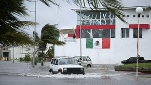Automóviles circulan por las calles anegadas de Chetumal, en la península de Yucatán, el 15 de septiembre.