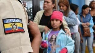 Des Vénézuéliens font la queue à Huaquillas, en Équateur, à la frontière avec le Pérou, le 24 août 2018. L'Équateur a ouvert un corridor pour permettre aux migrants vénézuéliens d'accéder à la frontière péruvienne avant l'annonce de restrictions de Lima.