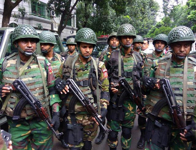 Militares bengalis nas imediações  do   restaurante  Holey Artisan  Bakery em  Dhaka. 02  de Julho de 2016