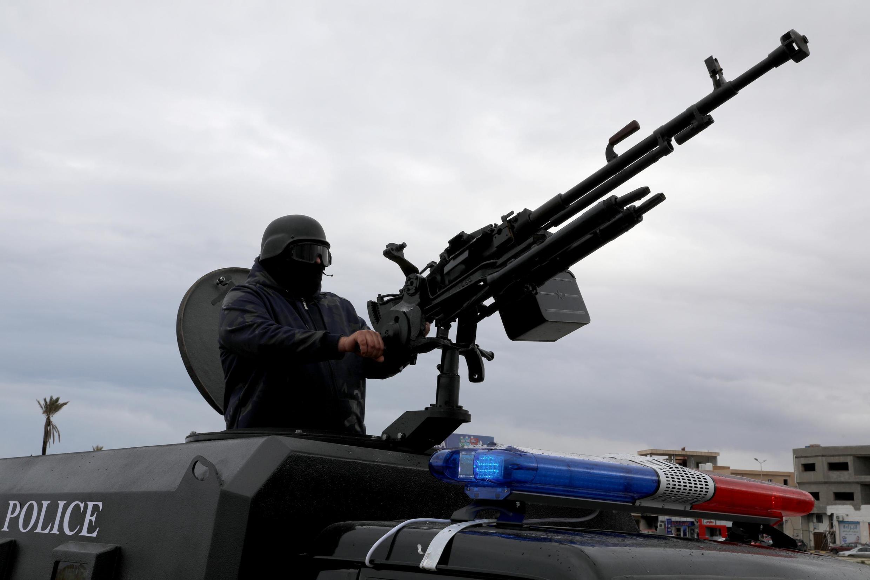 Membro das forças de segurança posicionado nos arredores de Tajura, no leste de Trípoli, em 30/12/2019.