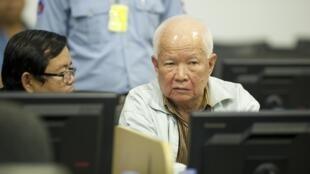 Khieu Samphan soutient n'avoir joué aucun rôle dans les atrocités et avoir été tenu à  l'écart du cercle restreint autour de Pol Pot.