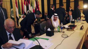Integrantes da Liga Árabe discutem a situação da Síria, durante encontro no Cairo.
