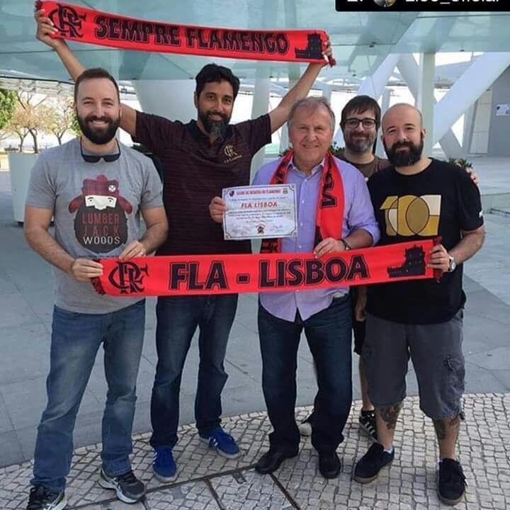O ex-jogador e ídolo flamenguista Zico (com cachecol rubro-negro) com os fundadores do Consulado Fla-Lisboa, em Lisboa.