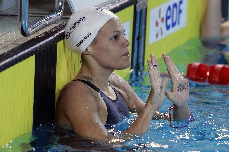 Лор Маноду на отборочных соревнованиях на Олимпийские игры 2012 года (на ладони Лор имя её дочери Манон)
