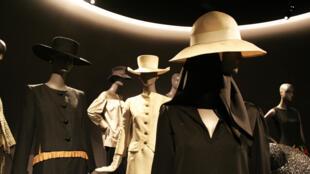Primeira coleção assinada Saint Laurent, em 1962, após sua passagem pela maison Dior.