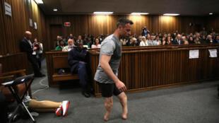 Tsohon zakaran gudun nakasasu Oscar Pistorius, ya cire kafafuwan shi na karfe a cikin harabar Kotun Pretoria