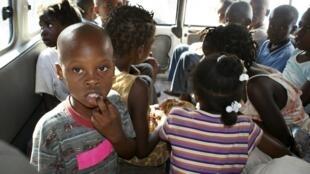 Les dix Américains ont été appréhendés en compagnie de 31 enfants, âgés de 2 mois à 12 ans, à proximité de la frontière dominicaine par un commissaire de police haïtien.