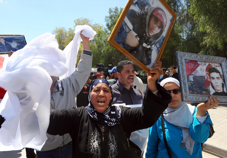 Depuis 2011, les familles des victimes de la révolution demandent une reconnaissance officielle des blessés et des martyrs. Ici, lors d'une manifestation à Tunis, en 2014.