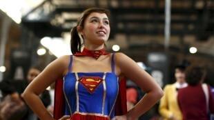 Une jeune femme déguisée en Superwoman prend la pose, lors du salon du Comic-Con de Paris, le 23 octobre 2015.