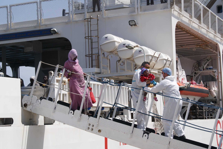 A l'arrivée du Dattilo au port de Palerme, plusieurs femmes enceintes sont les premières à descendre.