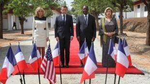 Presidentes francês Macron e marfinense Ouattara ladeados de suas esposas na visita a Costa do Marfim