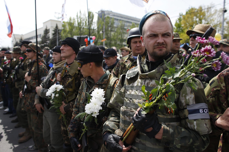 Пророссийские активисты в Донецке на торжествах ко Дню Победы, 9 мая 2014 года