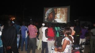 Lors d'une séance de cinéma en plein air, organisé par l'association Le cinéma numérique ambulant.
