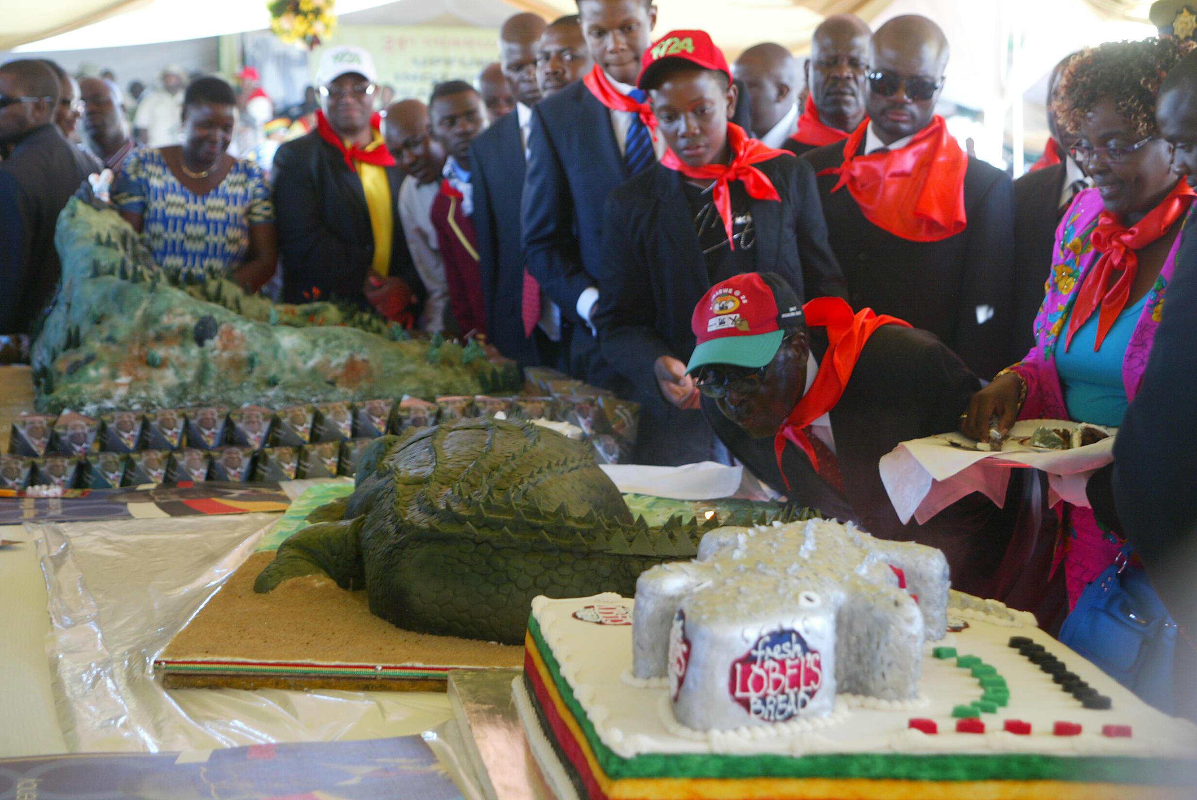Robert Mugabe souffle les bougies de son 88e anniversaire. Le gâteau est en forme de crocodile.