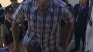 Tài phiệt địa ốc Nga Serguei Polonski đang lên máy bay vì bị trục xuất về Nga, sân bay quốc tế Phnom Penh, Cam Bốt, ngày 17/05/2015