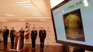 Le commissaire national de la sécurité, Renato Sales, a présenté aux médias les éléments concernant l'arrestation de l'ancien chef de la police municipale d'Iguala, le 21 octobre 2016 à Mexico.