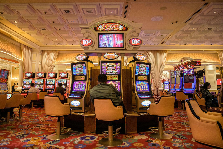 Máquinas tragamonedas en un casino de Macao el 5 de marzo de 2019