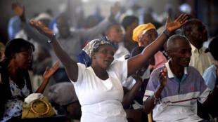 Les Haïtiens assistent à une messe le 12 janvier dans une église en construction à côté de la cathédrale de Port-au-Prince pour commémorer le 4ème anniversaire du tremblement de terre de 2010.