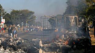 La carcasse d'un bus calcinée utilisée comme barricade par les protestataires à Atteridgeville, un township de l'ouest de Pretoria, le 21 juin 2016.