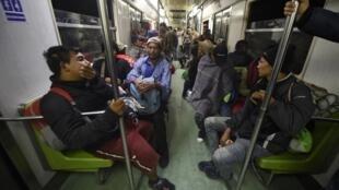 Des membres de la caravane de migrants d'Amérique centrale dans le métro de Mexico, le 9 novembre 2018.