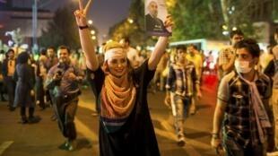 Partidarios de Rohani celebrando su triunfo.