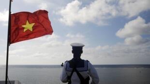 Hải quân Việt Nam canh gác tại đảo Thuyền Chài, quần đảo Trường Sa, Biển Đông (ảnh chụp ngày 17/01/2013)