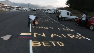 Seguidores colombianos pintan las carreteras del Tour de Francia.