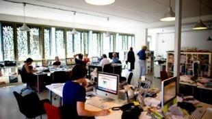 Mediapart. Ici, une salle de rédaction du site internet.