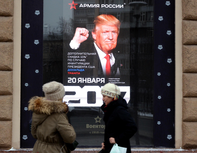Des femmes passent devant un boutique Voentorg où l'on peut voir un portrait de Donald Trump, à Moscou, le 19 janvier 2017.