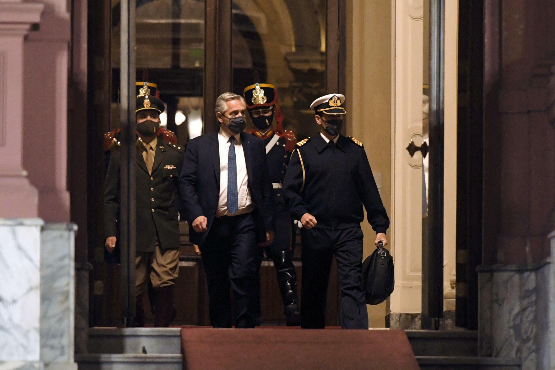 Foto difundida por Télam del presidente argentino Alberto Fernández saliendo de la Casa Rosada en Buenos Aires, el 15 de septiembre de 2021.