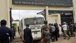 Un fourgon de la gendarmerie entre dans la prison d'Abidjan, Côte d'Ivoire, en janvier 2011.